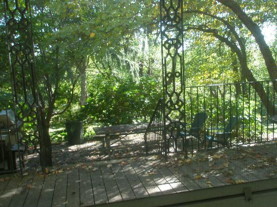 Hostelling International - Chamounix Mansion: Back Porch w/picnic table & garden