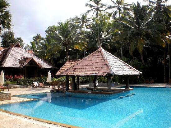 Poovar Island Resort: pool and rrestaurant