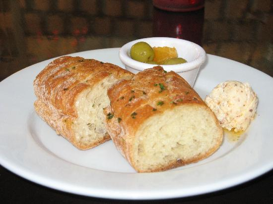 Firefly Kitchen & Bar : Complimentary olvies, bread and spread