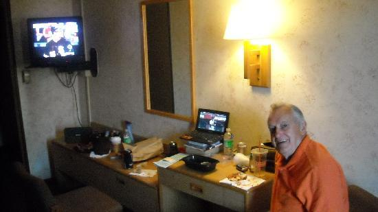 Heart O' Chicago Motel: Dad watching Red Sox on computer with their wifi AND Cubs/White Sox on TV