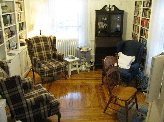 Pictou, Канада: Library/Sitting Room area