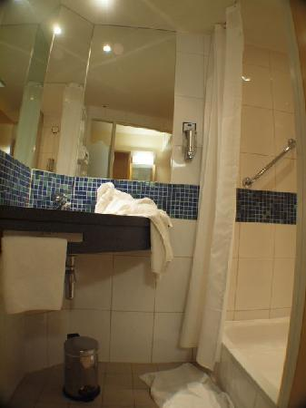Holiday Inn Express Cambridge : Bathroom (with separately lockable toilet).