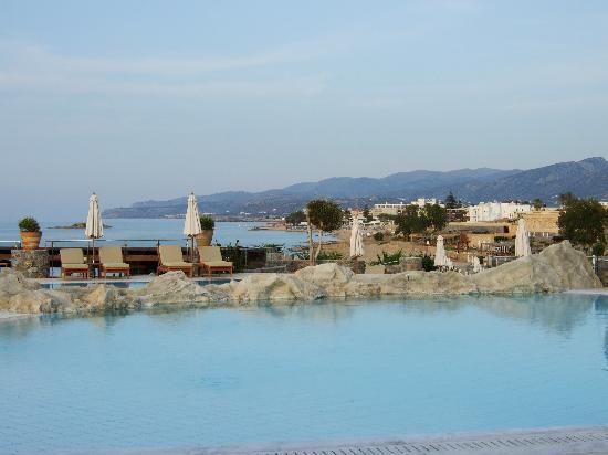 Ikaros Beach Resort & Spa : View from the restaurant over the pool in the morning
