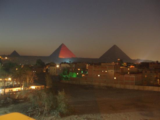 Moon River Tours - Day tours : ライトアップされたピラミッド