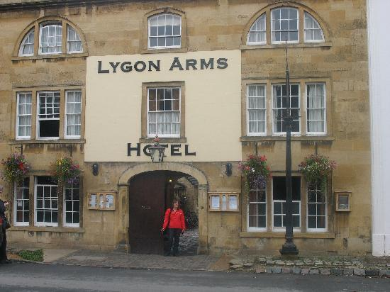 Lygon Arms Hotel: Outside the Lygon Arms