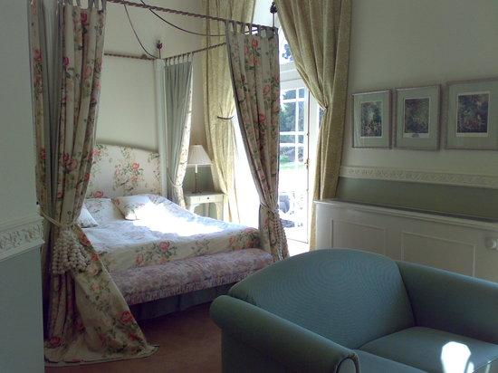 Kasteel Bloemendal: petit salon et lit