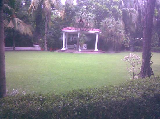 Taj Bengal Kolkata: Landscaped Garden