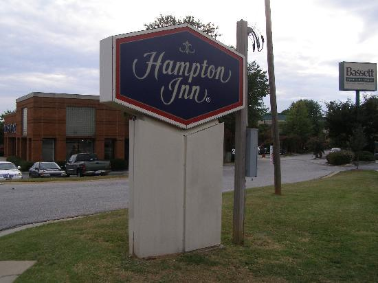 Hampton Inn Greenville / Travelers Rest: Hotel sign on the road