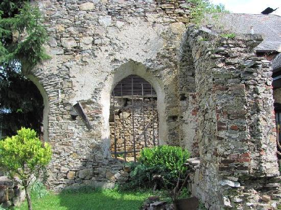 Kuklov Castle and Monastery: ruine former monastery in one's backyard
