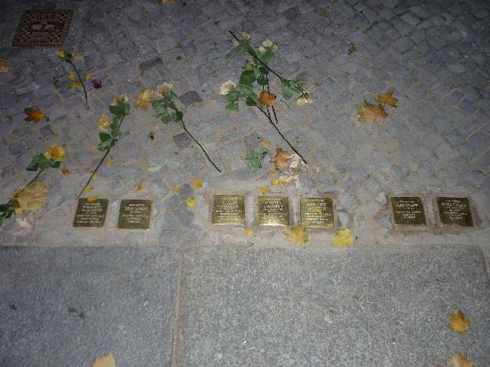 Ibis Berlin City West: Placas recordatorias de victimas del holocausto en la calle que va al restaurante