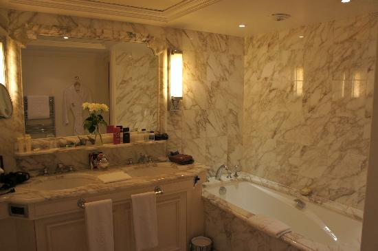 Hotel de Crillon: bathroom in our jr. suite