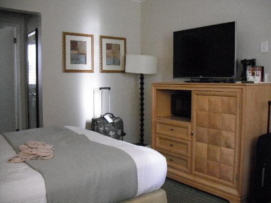 BEST WESTERN Beachside Inn: standard room, main door was to the right of the tv/bed