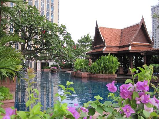 Plaza Athenee Bangkok, A Royal Meridien Hotel: The Pool