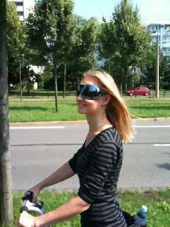 Segway Tour Dresden: glückliche Freundin auf dem Segway