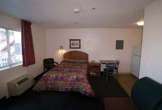 InTown Suites Charlotte Central : Typical InTown Room - View 2