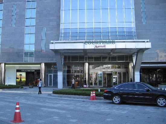 Courtyard by Marriott Seoul Times Square: Street level Courtyard entrance