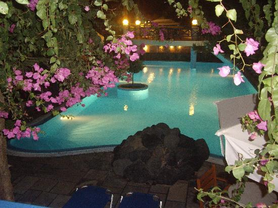 Veggera Hotel: Hotel pool at night