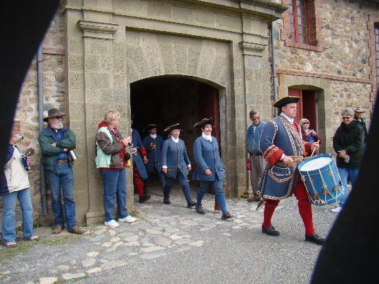 Louisbourg, Canadá: getting ready to load the cannon for the noontime