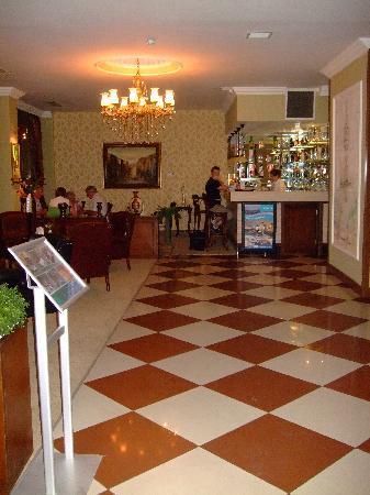 Assos Hotel Istanbul: Achterin een kleine bar en wat zitjes