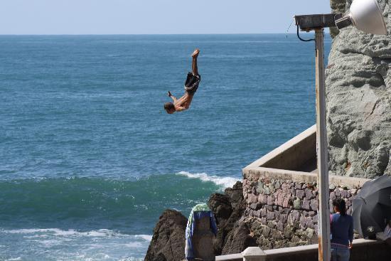 Mayan Palace Mazatlan: cliff diver down in mazatlan