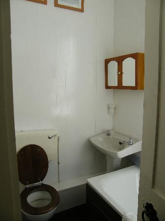 Peregrine Hall: The bathroom