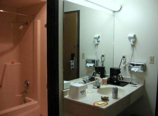 Days Inn Des Moines Merle Hay: shower/wash area