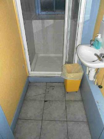 Cowgate Tourist Hostel: Cracked bathroom floor