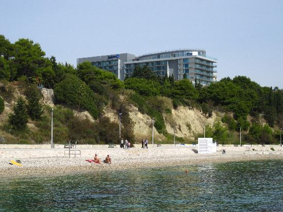 Radisson Blu Resort Split : Kiesstrand und Hotel Radisson Blu
