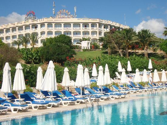 Denizkizi & Denizkizi Royal Hotel: view from the pool towards Hotel