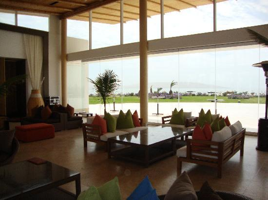 Hotel Paracas, a Luxury Collection Resort: Pool bar area