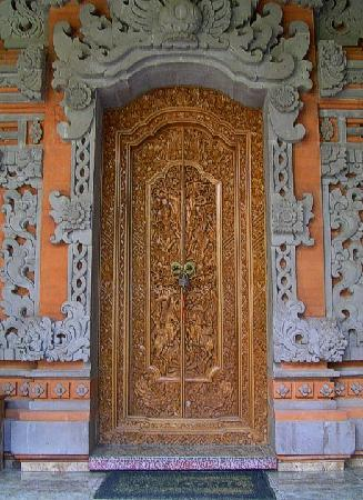 Hibiscus Cottages: The beautifully carved front doors of the Honeymoon cottage