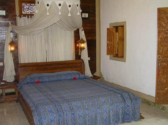 Hibiscus Cottages: The bedroom of the Honeymoon Cottage