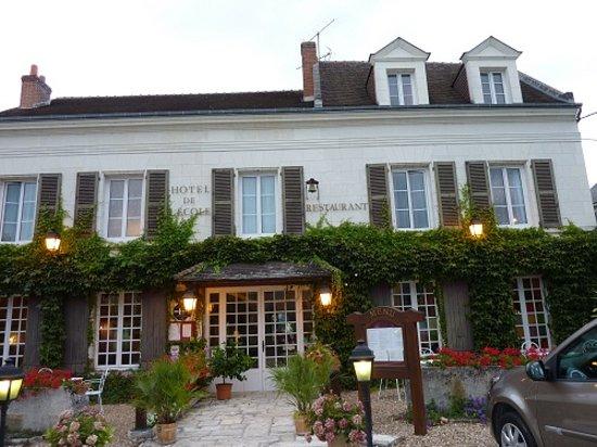 Pontlevoy, France: façade de l'hôtel-restaurant de l'école