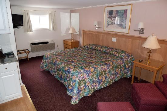 SeaCoast Inn: King bed and plenty of room