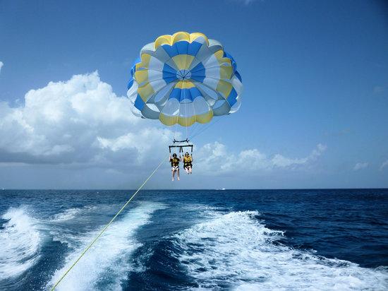 การเล่นร่อนร่มและร่อนร่มด้วยเรือ