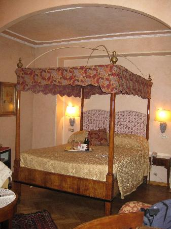 Hotel David: our canopy bed