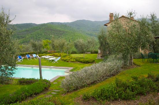 Casali in Val di Chio by Famiglia Buccelletti: Spacious grounds and a great pool with a view