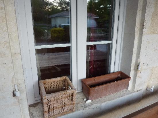 Les Pres Verts: décor de fenêtre et trou dans la vitre