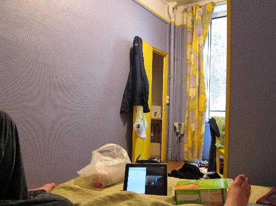 Hotel du Commerce: Eating great and cheap food in bed!