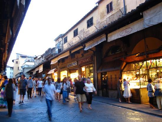 Hotel Della Signoria: People on Ponte Vecchio
