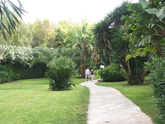 Club Med Kamarina: Garden linking the centre to the hotel