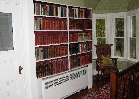 Noble House Inn: Hall Library