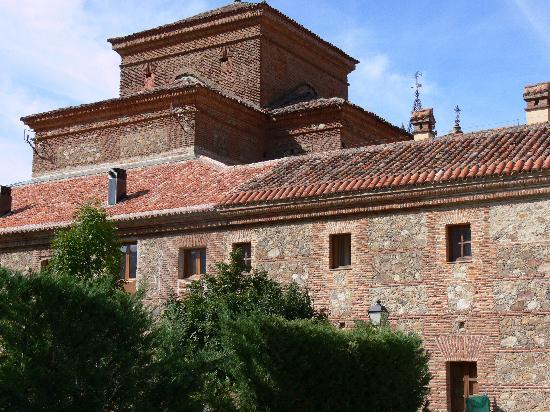 Hervás, España: View of hotel from the rear car park