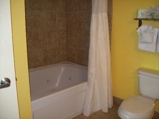 Dunes Village Resort : Huge tub in master bath in OF Deluxe 2 Bedroom
