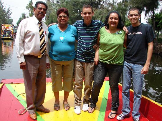 Ramada Reforma Mexico City: MI FAMILIA CON EL SR. RAUL, NUESTRO GUIA
