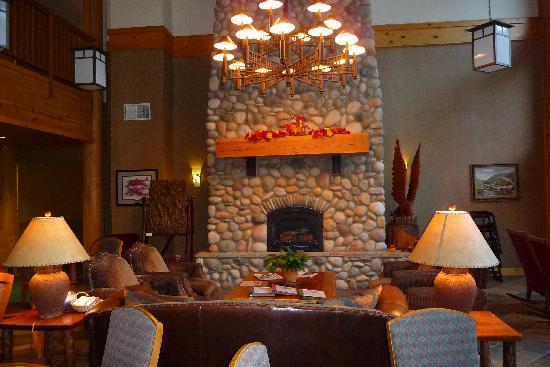 Salmon Rapids Lodge: Beautiful Fireplace in the Great Room