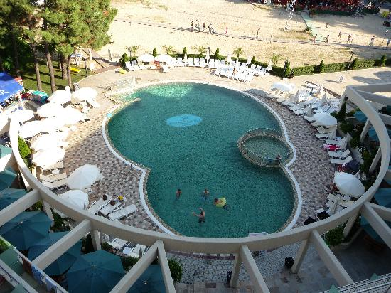 Jeravi Hotel: Picture of Hotel pool and part of beach