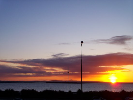 ‪جالواي, أيرلندا: Sunset over Galway Bay‬