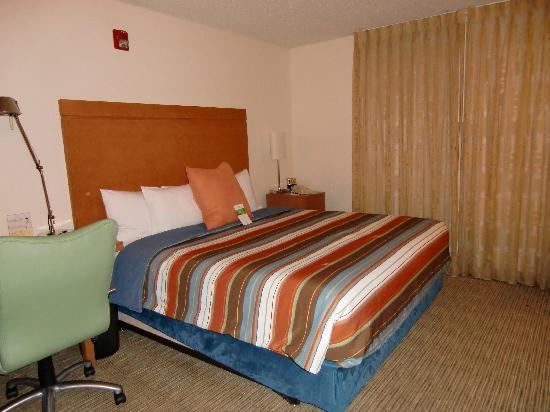 HYATT house Austin / Arboretum: 硬めのベッドです