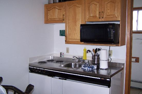Bow Valley Motel: Well stocked kitchen